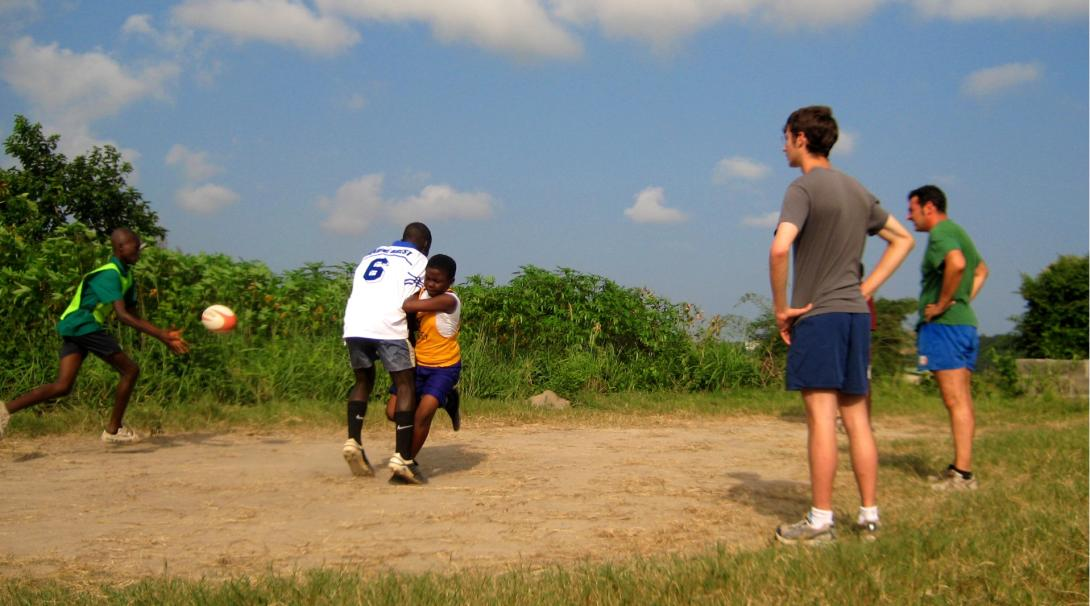 Projects Abroad volunteers doing a Rugby Coach internship in Ghana run a training session.